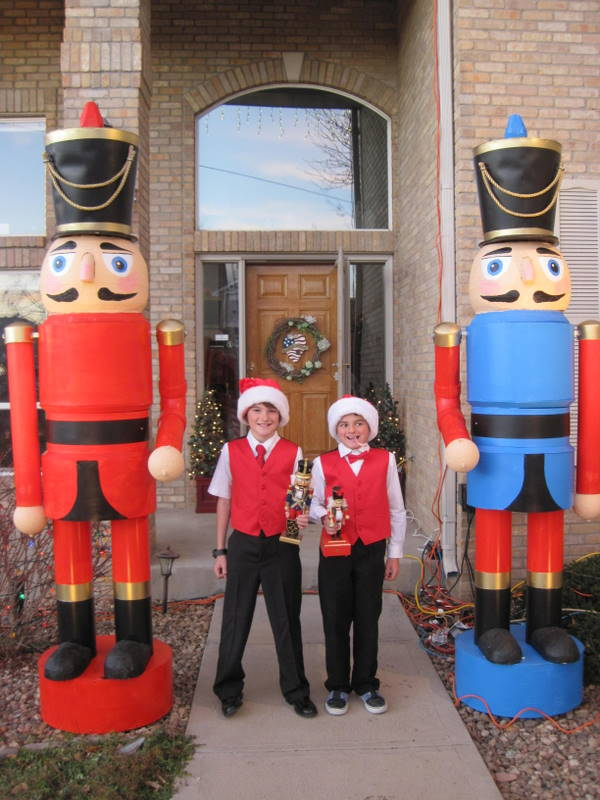 Hot to construct 9 foot nutacracker for christmas yard for 4 foot nutcracker decoration